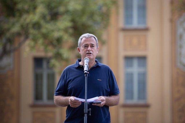 El president de l'AMI, Jordi Gaseni, en l'acte de commemoració de l'aniversari de l'1-O davant l'Escola Ramón Llull