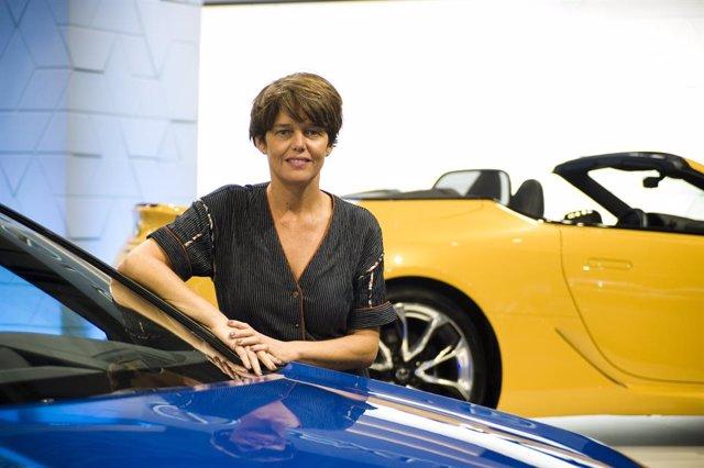 La directora de Lexus a Espanya, Mar Pieltain, al costat d'un cotxe de Lexus després d'una entrevista amb Europa Press