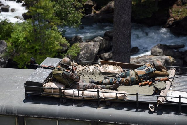 Archivo - 18 June 2020, India, Ganderbal: Indian army soldiers nap on top of an armored vehicle as their convoy moves along the national highway leading to the Ladakh region. India and China are engaging in a dialogue to cool down the situation in the bor