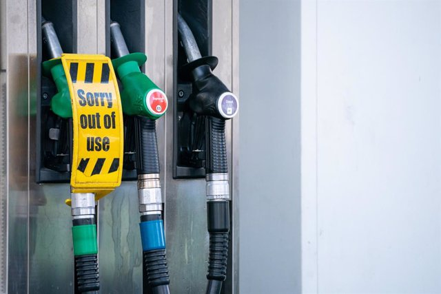 29 September 2021, United Kingdom, London: General view of an 'out of use' sign on pumps at a petrol station in west London. Britain deploys army soldiers and more fuel trucks to ease the fuel shortage crisis. Photo: Dominic Lipinski/PA Wire/dpa
