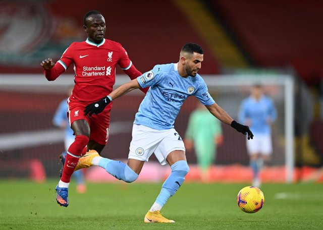 Archivo - 07 February 2021, United Kingdom, Liverpool: Liverpool's Sadio Mane (L) and Manchester City's Riyad Mahrez battle for the ball during  the English Premier League soccer match between Liverpool and Manchester City at Anfield. Photo: Laurence Grif