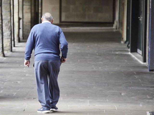 Un hombre mayor camina