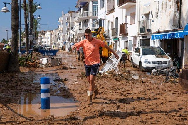 Una calle inundada tras el paso de la tormenta de este miércoles en el municipio de Alcanar, a 2 de septiembre de 2021, en Tarragona, Cataluña (España). En este municipio de Tarragona han caído 78 litros por metro cuadrado, provocando daños en vehículos,