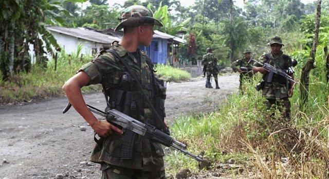 Archivo - Paramilitares de las Autodefensas Unidas de Colombia (AUC)