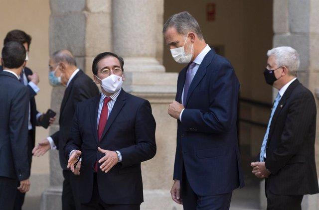 El Rey Felipe VI (d) y el ministro de Asuntos Exteriores, Unión Europea y Cooperación, José Manuel Albares (i), durante el acto de entrega del II Premio a 'Una Trayectoria Fulbright', en la Universidad de Alcalá, a 1 de octubre de 2021, en Alcalá de Henar