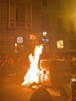Cremen contenidors en la manifestació de CDR per el 1-O a Barcelona.