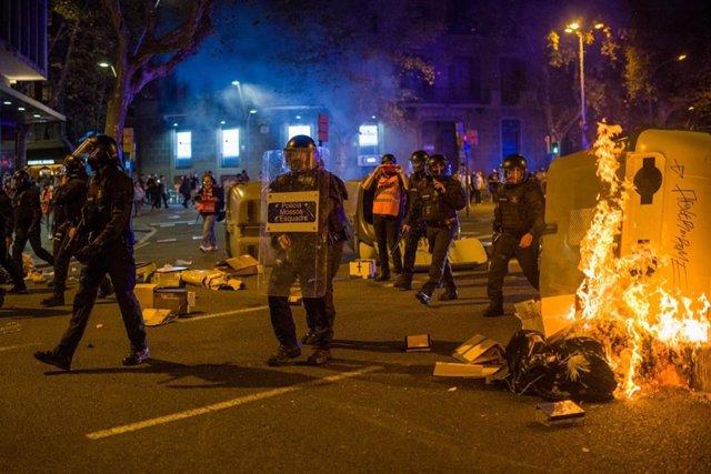 Manifestants cremen contenidors en la manifestació per el 1-O a Barcelona.