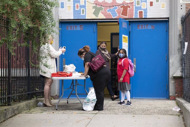Archivo - 29 September 2020, US, New York: Teachers and children arrive at a school in the Bronx Borough. New York City elementary schools welcomed students back to the classroom on Tuesday, while many other large school systems in the United States were
