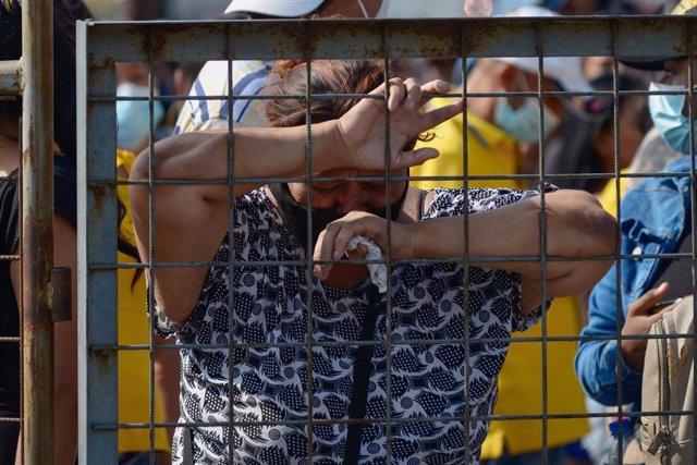 Una mujer llora frente a la prisión de Guayaquil donde tuvo lugar la matanza el pasado martes