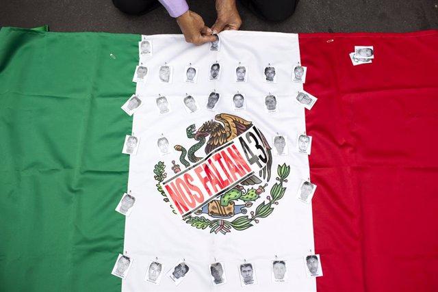 Archivo - Protesta por los 43 'normalistas' de Ayotzinapa desaparecidos en 2014