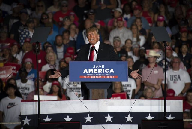 """25 September 2021, US, Perry: Former US President Donald Trump delivers a speech during a """"Save America"""" rally in Perry, Georgia. Photo: Robin Rayne/ZUMA Press Wire/dpa"""