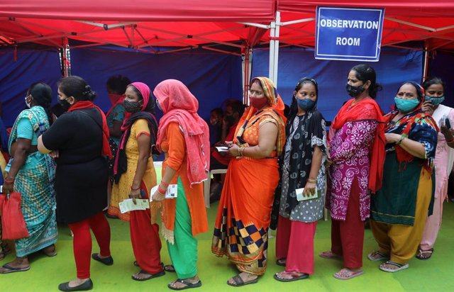 29 September 2021, India, New Delhi: Residents of the Anna Nagar slum cluster area stand in a queue to register themselves before receiving the Covaxin Covid-19 vaccine at a vaccination camp near the World Health Organization building in New Delhi. Photo: