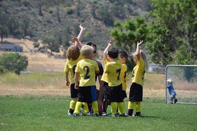 Equipo de niños futbolistas.
