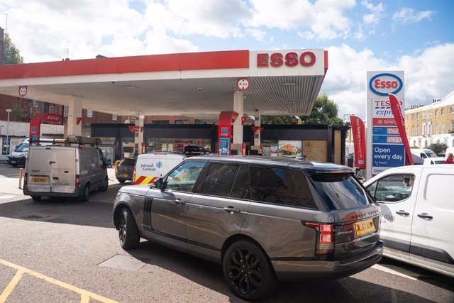 29 September 2021, United Kingdom, London: Vehicles queue for fuel at a petrol station in west London. Britain deploys army soldiers and more fuel trucks to ease the fuel shortage crisis. Photo: Dominic Lipinski/PA Wire/dpa