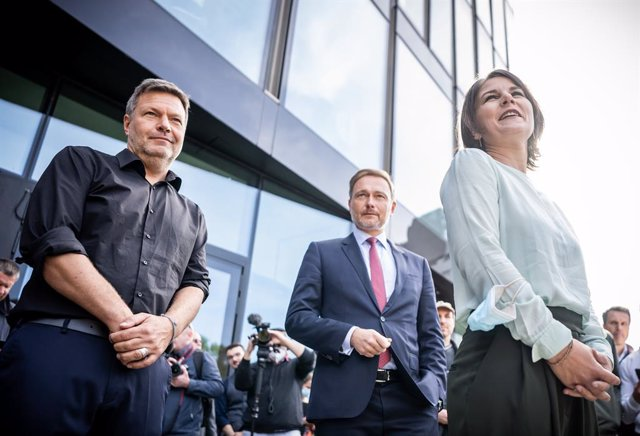 01 October 2021, Berlin: Annalena Baerbock (R), federal leader of the Alliance 90/The Greens (Buendnis 90/Die Gruenen), speaks with Robert Habeck (L), federal leader of the Alliance 90/The Greens, and Christian Lindner, party leader of the Free Democratic