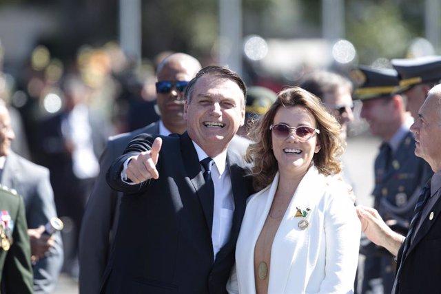 Archivo - 18 April 2019, Brazil, Sao Paulo: Brazilian President Jair Bolsonaro (L) and his wife Michelle Bolsonaro attend a ceremony at the Brazilian Army's command to mark the Brazilian Army Day. Photo: Paulo Lopes/ZUMA Wire/dpa