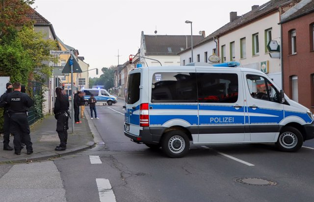 02 September 2021, North Rhine-Westphalia, Moenchengladbach: Police officers stand on a cordoned-off street. In a raid against rocker criminality, police searched at least 20 buildings in several cities along the Rhine and Ruhr rivers on Thursday morning.