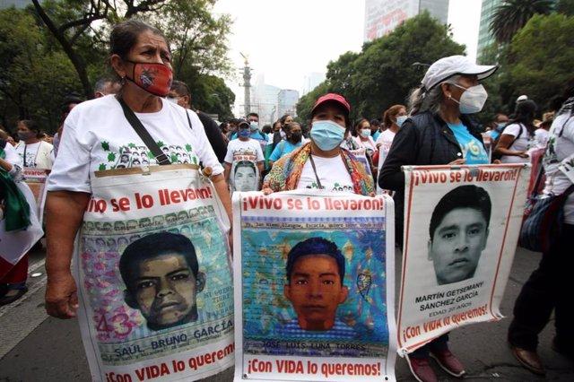 Archivo - Protesta por la desaparición de los 43 'normalistas' de Ayotzinapa, México