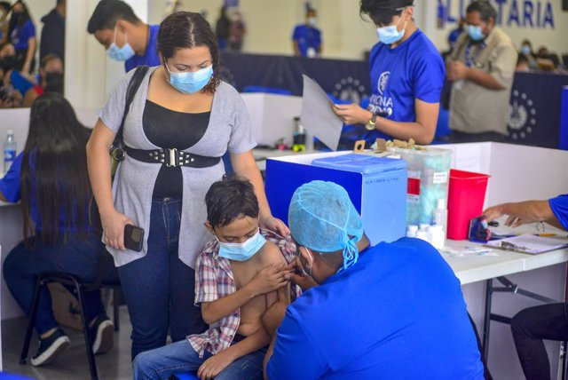 22 September 2021, El Salvador, San Salvador: A child is administered a dose of the Chinese Sinopharm Corona vaccine. In El Salvador, the Corona vaccination campaign has started for children between 6 and 12 years of age. Photo: Camilo Freedman/dpa