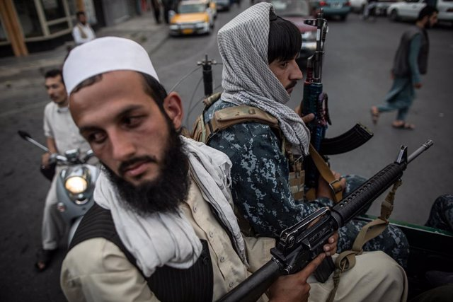 22 September 2021, Afghanistan, Kabul: Young Taliban fighters on the back of a pick up truck patrol on the streets of Kabul. Photo: Oliver Weiken/dpa