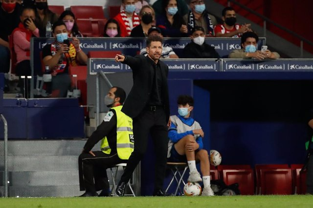 02 October 2021, Spain, Madrid: Atletico Madrid manager Diego Simeone gestures on the touchline during the Spanish La Liga soccer match between Atletico Madrid and FC Barcelona at Wanda Metropolitano Stadium. Photo: -/DAX via ZUMA Press Wire/dpa