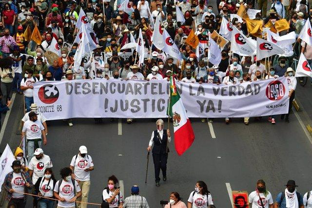 October 2, 2021: EUM20211002NAC18.JPG.CIUDAD DE MA?‰XICO, Protests/Protestas-68.- 2 octubre 2021. Aspectos de la marcha conmemorativa del 2 de octubre de 1968, que parte de la Plaza de las Tres Culturas en Tlatelolco con direcciA?Âln al ZA?Âlcalo. Foto: