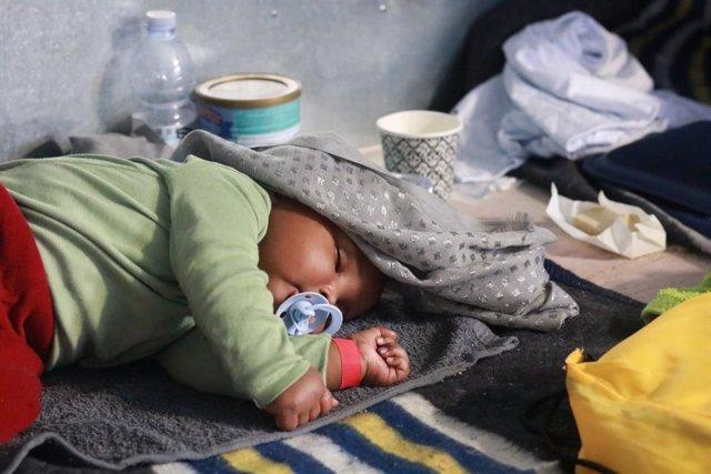 Archivo - Niño rescatado por Médicos sin Fronteras y SOS Mediterranée