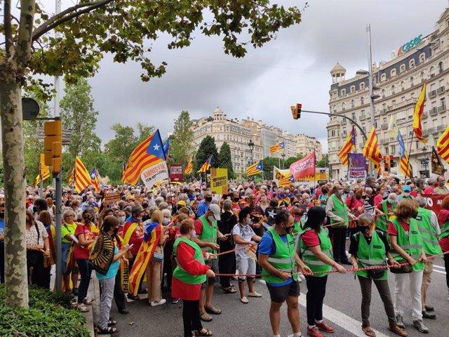Un miler de persones marxen per la Diagonal de Barcelona per commemorar l'1-O