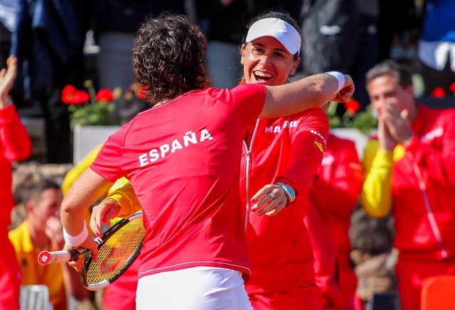 Archivo - CARTAGENA, SPAIN - FEBRUARY 8: Carla Suarez and Anabel Medina of Spain celebrate during Fed Cup tennis match played between Spain and Japan at La Manga Club on February 8, 2020 in Cartagena, Murcia, Spain.