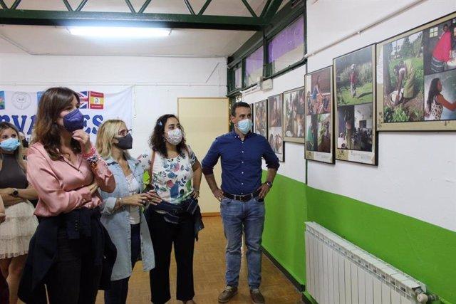 La consejera de Igualdad y portavoz, Blanca Fernández, esta semana durante la visita que realizó a la exposición que se puede ver en el CEIP 'Cervantes' de Santa Cruz de Mudela.