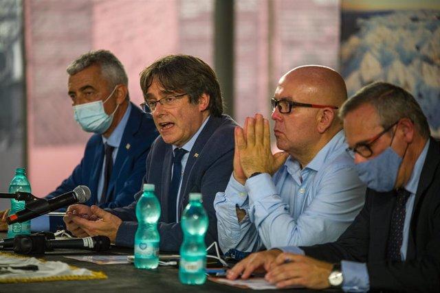 L'expresident de la Generalitat Carles Puigdemont, el seu advocat, Gonzalo Boye, i el cap de l'Oficina de Carles Puigdemont, Josep Lluís Alay, en una roda de premsa a 25 de setembre de 2021, en L?L'Alguer, Sardenya (Itàlia)
