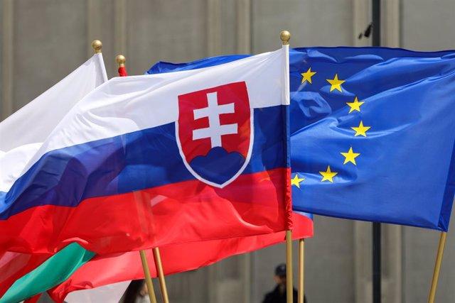 Archivo - Banderas de Eslovaquia y de la UE