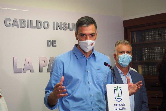 El president del Govern, Pedro Sánchez, respon els mitjans després d'una reunió amb el Comitè Director del Pla Especial de Protecció Civil i Atenció d'Emergències per risc volcànic (PEVOLCA), a 20 de setembre de 2021, en La Palma, Santa Creu de