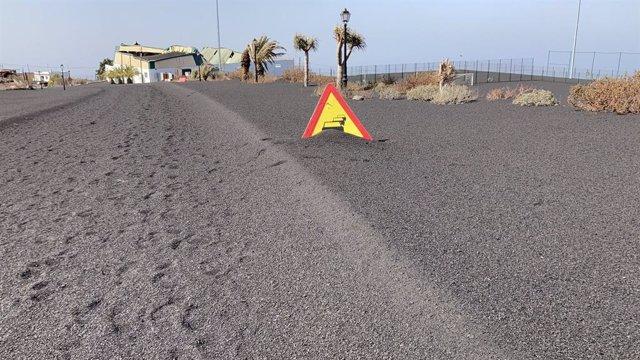 La cendra del volcà de la Palma cobreix una carretera