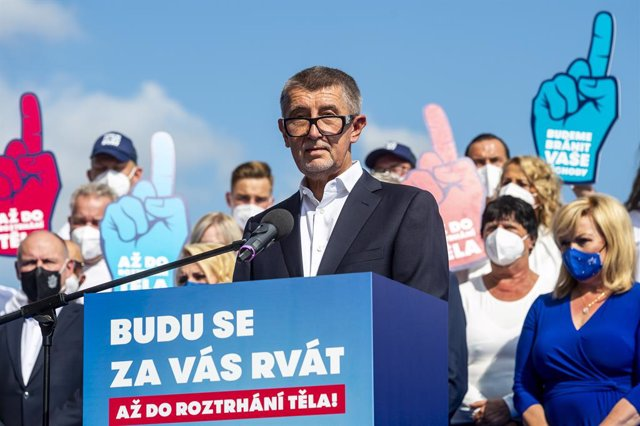 Archivo - 02 September 2021, Czech Republic, Usti nad Labem: Andrej Babis (C), Prime Minister of the Czech Republic and the Chairman of the ANO movement, speaks during a campaign for the autumn parliamentary elections at the Vitrue cruise lodge in Usti na