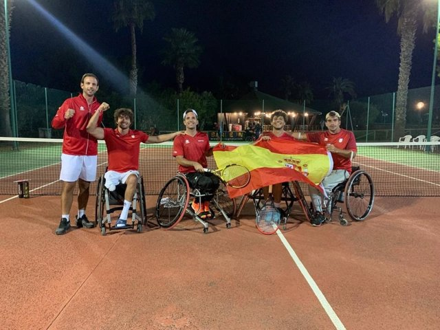 Los componentes de la selección española de tenis en silla de ruedas celebran su pase a la final de la Copa del Mundo por Equipos