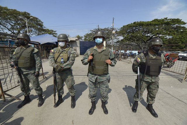 Miembros de las fuerzas de seguridad de Ecuador tras unos enfrentamientos entre bandas en una cárcel de Guayaquil
