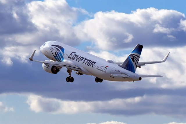 """Archivo - FILED - 03 April 2021, Brandenburg, Schoenefeld: An Airbus A 320 neo of Egyptian airlines EgyptAir takes off from the southern runway of Berlin Brandenburg Airport """"Willy Brandt"""". EgyptAir launched direct flights to Israel on Sunday, replacing a"""
