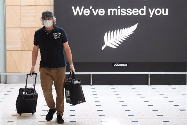Archivo - Passengers from New Zealand arrive at Sydney International Airport in Sydney, Friday, October 16, 2020. Australia's border rules have been relaxed as the country establishes a trans-Tasman travel bubble with New Zealand. (AAP Image/Dean Lewins)