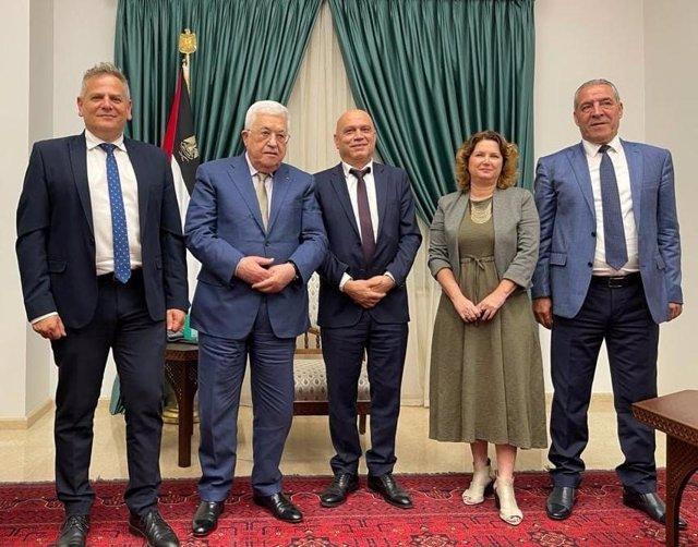 El lider palestino, Mahmud Abbas, junto al ministro de Salud de Israel, Nitzan Horowitz, y el de Cooperación Regional, Issawi Frej, durante una reunión en Ramalá