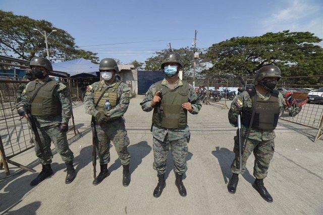 Membres de les forces de seguretat de l'Equador després d'uns enfrontaments entre bandes en una presó de Guayaquil