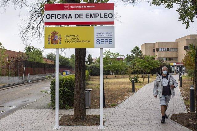 Archivo - Un hombre en las inmediaciones de una oficina del SEPE y oficina de empleo de la CAM, a 2 de septiembre de 2021, en Madrid (España). Aunque el final del verano suele dejar cifras negativas en los datos del paro del mes de agosto, este año los da