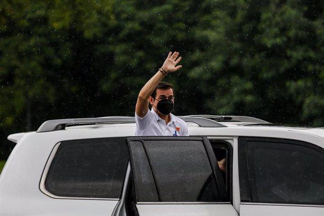 El alcalde de Manila, Isko Moreno, saluda desde un coche.