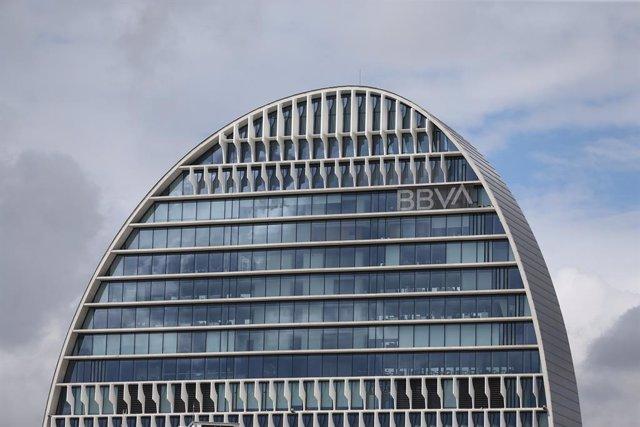 Archivo - Edificio de la sede de BBVA en Madrid, conocido como 'La Vela', a 22 de abril de 2021, en Madrid (España). La dirección de BBVA ha planteado el despido de 3.798 personas y el cierre de 530 oficinas.