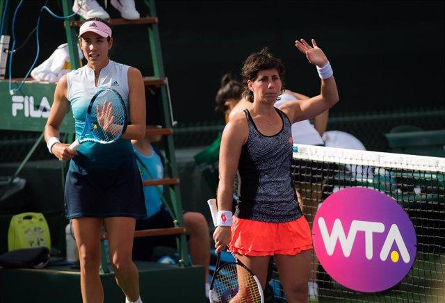 Archivo - Garbine Muguruza of Spain & Carla Suarez Navarro of Spain playing doubles at the 2019 BNP Paribas Open WTA Premier Mandatory tennis tournament