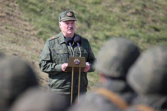 Alexander Lukashenko presencia unas maniobras militares