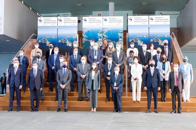 La Reina Letizia, junto al ministro de Agricultura, Pesca y Alimentación, Luis Planas; el presidente de la Xunta, Alberto Núñez Feijóo; el presidente de Conxemar, José Luis Freire; entre otros, antes de inaugurar el Congreso FAO-Conxemar, a 4-10-2021.