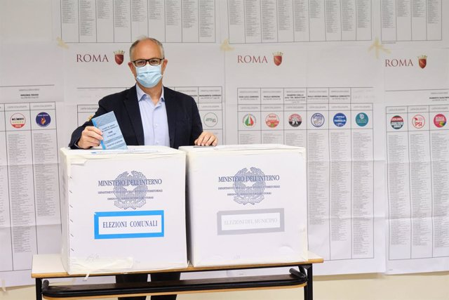 03 October 2021, Italy, Rome: Center-left candidate for mayor of Rome Roberto Gualtieri casts his vote at a polling station during the 2021 Italian local elections. Photo: Mauro Scrobogna/LaPresse via ZUMA Press/dpa