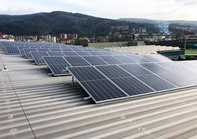 Archivo - Paneles solares en el polideportivo de Artunduaga en Basauri.