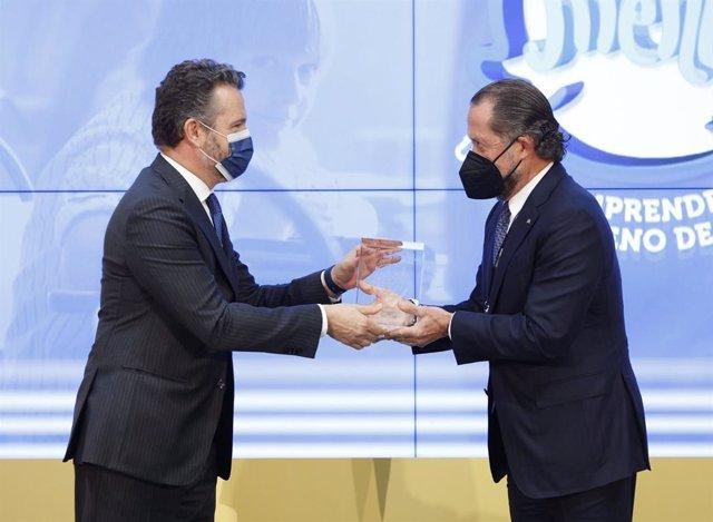 El presidente de Abanca, Juan Carlos Escotet Rodríguez, recibe el premio 'Finanzas para todos' que entregan el Banco de España y la CNMV durante el acto de celebración del Día de la Educación Financiera